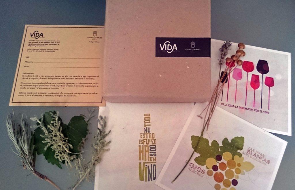 """Caja """"Vida"""", especialmente diseñada para los ahijados de una vid ecológica de Bodegas Robles"""