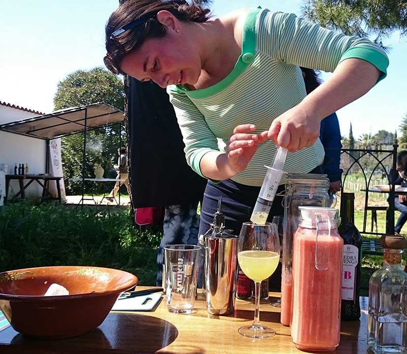 Mara elaborando un cóctel con nuestro vino amontillado ecológico.
